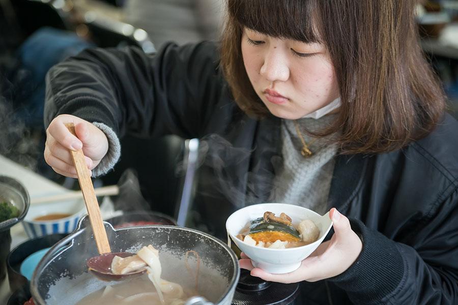 たっぷりの野菜と手打ち麺を、みそ味で煮込んだ甲州名物「ほうとう」
