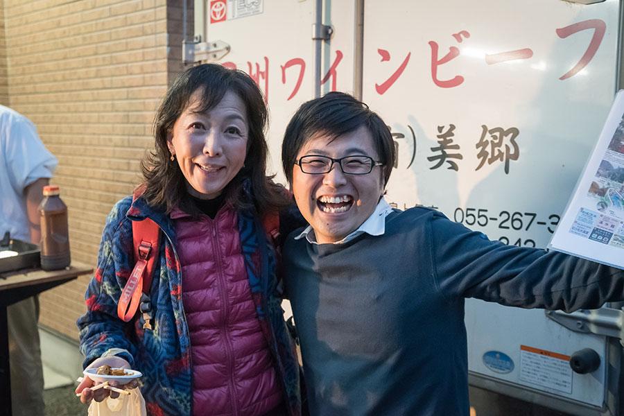 司会として盛り上げてくれた、甲斐市出身の芸人 浅知恵太郎さん(写真右)最後の美郷にて
