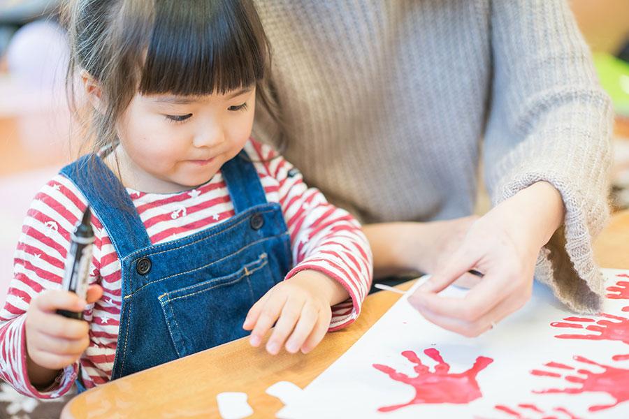 今日は手形アートに挑戦。親子で作った作品は、宝物に「こあら」
