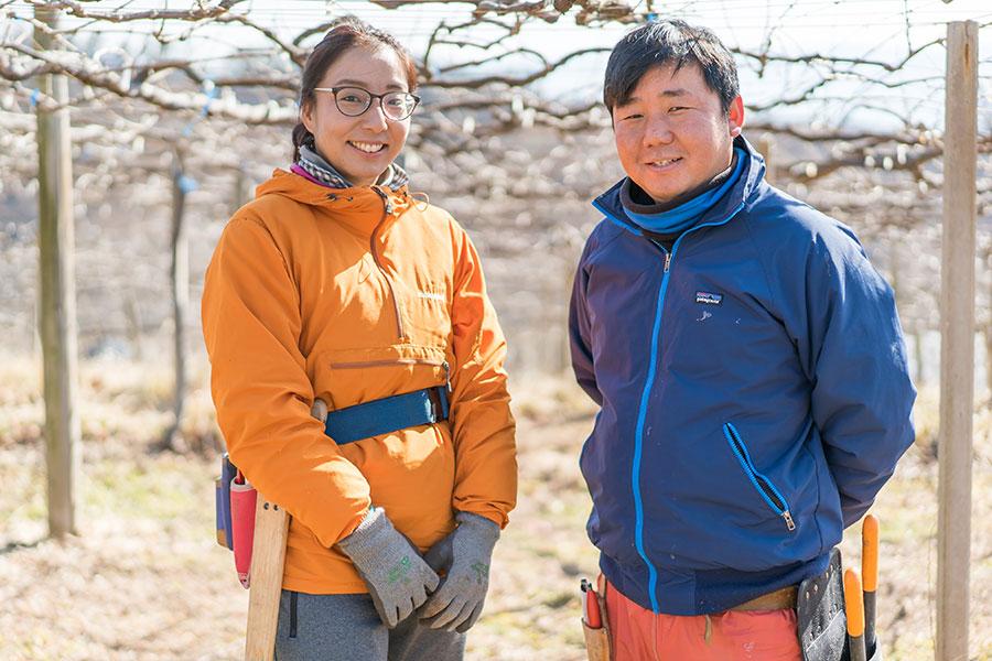 千葉さんご夫妻、韮崎市のブドウ畑にて