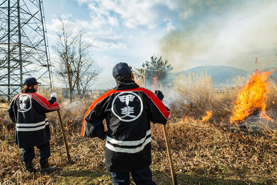 消防団の一員として、芝焼きに参加