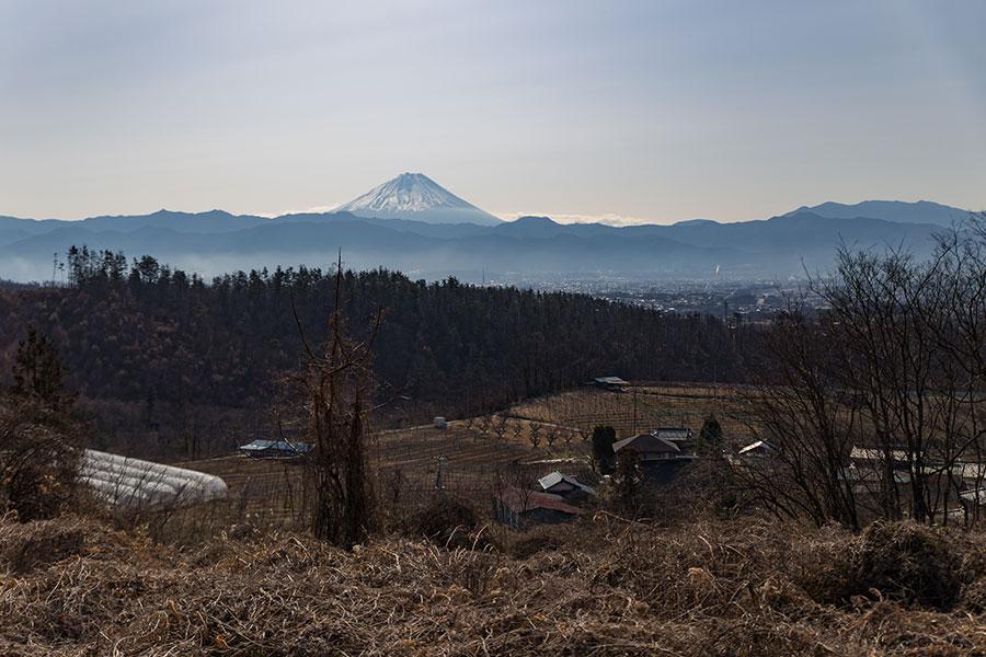 畑仕事の合間に目を上げると、視線の先には、美しい山々の風景が広がっている