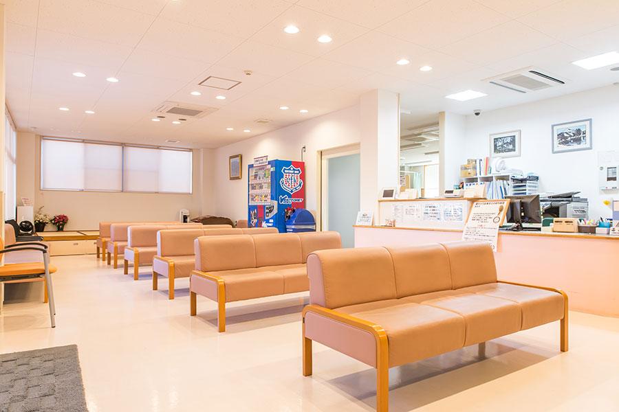 ゆったりとした待合室、奥には乳幼児や高齢者も寛げる畳スペースが用意されている