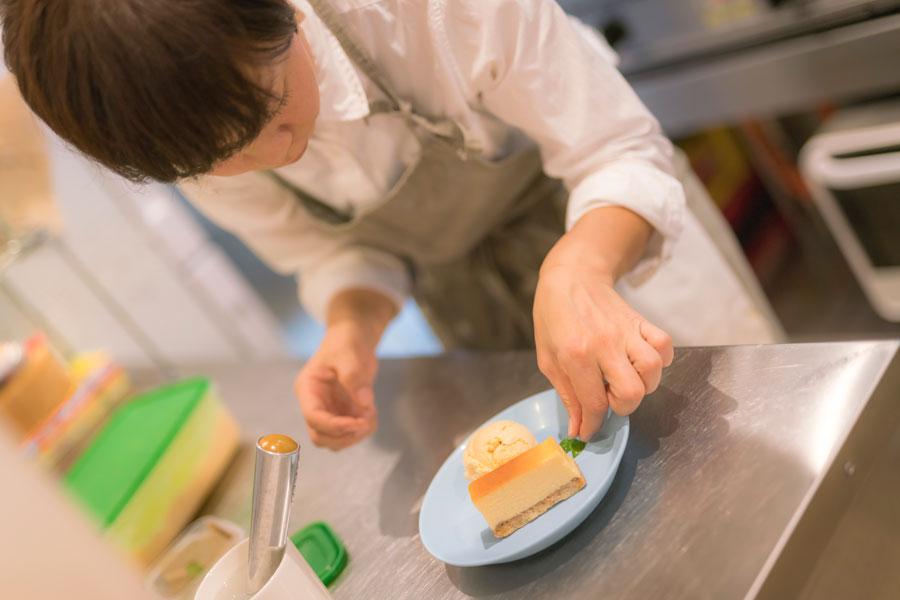 ベイクドチーズや季節の果物のパウンドなど、 奥様が焼くケーキも美味。