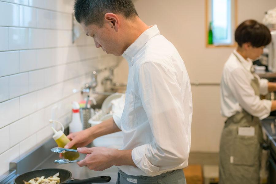 お二人で立つ厨房。「お互いの本音が出るなど難しいこともあるけれど、楽しそうに働いている 主人を見ると、思い切って始めて良かったなと思います」。(景子さん)